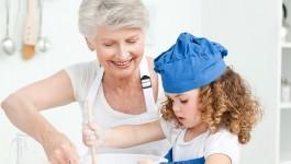 Abuela compartiendo con su nieta